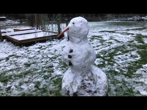 Унылый снеговик, нос повесил...