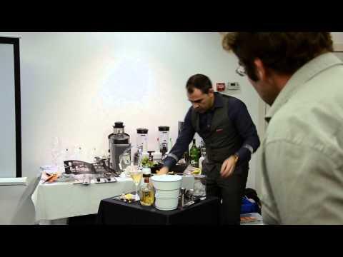 Preparando un Dry Martini - Aula Gastronómica Valencia City