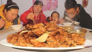 """【陕北霞姐】2只大公鸡,教你陕北""""酥鸡""""做法,先炸后蒸,咸香入味,弟弟和女儿赛着吃!"""