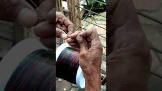 Cara menyambungkan benang kenur dengan gelasan layangan.