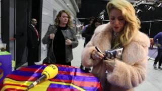 """Robbie Williams i Shakira signen una bandera del Barça per """"Cap nen sense joguina"""""""