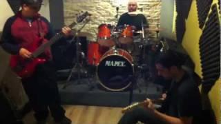 Luciano Munhoz na guitarra, Leonardo Venturini na bateria , Renne na guitarra , Ruda no baixo e Joao Japones filmando
