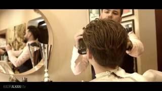 Kanalımıza abone olup bildirim açmayı unutmayın https://www.youtube.com/user/salonkadirkuafor Marco Reus Saç Kesimi Nasıl Yapılır | How To Do Marco Reus Hair Cut Tuttorial | Kadir Alkan TV  Videoda kullanılan wax,sprey,fön makinesi vs  https://www.instagram.com/kadiralkanstore/ den elde edebilirsiniz.Whatsapp 0532 297 66 36   Marco Reus saçı pompadour skin fade dediğimiz yanların sıfırdan yukarıya doğru kademeli bir şekilde uzayan katlara sahip bir saç kesimidir. 2016 erkek saç modeli 2016 men