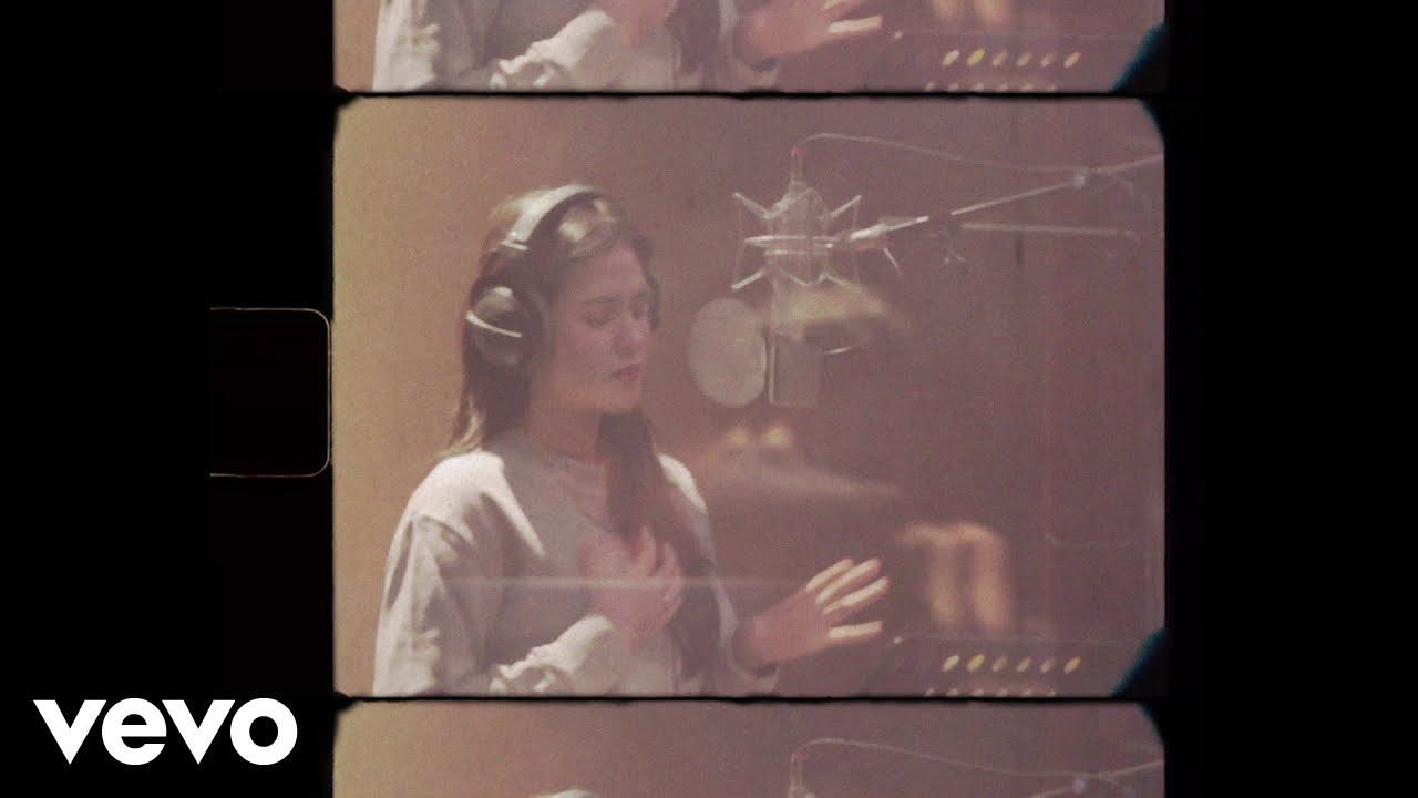 Download Raisa - Jangan Cepat Berlalu (Official Lyric Video) MP3 Gratis