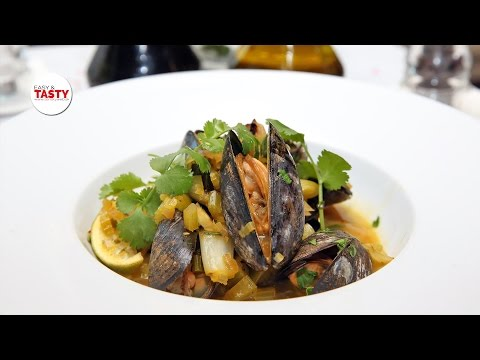 Mussels with sparkling wine, saffron and lime