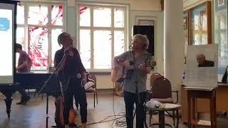 "#x202b;סי היימן ועפר גביש שרים ""מרדף"" במוזיאון היהודי בריגה#x202c;lrm;"