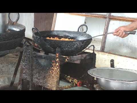 People enjoy समोसा alubanda मगोड़े street food