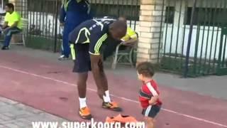#x202b;هزار شيكابالا مع الاطفال  اثناء تمرين الفريق#x202c;lrm;
