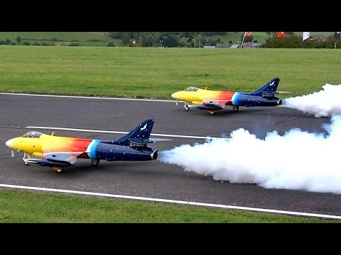 2 X HAWKER HUNTER MK66 GIGANTIC RC SCALE MODEL TURBINE JET SYNCHRO FLIGHT TO MUSIC