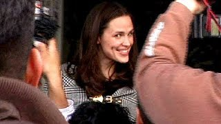 Jennifer Garner Surrounded By Excited Photographers In Beverly Hills  [2006]