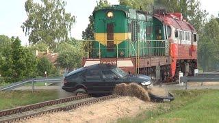 Verta pamatyti: lokomotyvo ir automobilio SAAB susidūrimas, traukiniui važiuojant 40 km/h greičiu