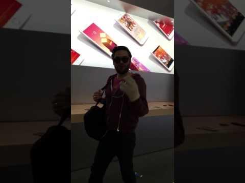 Un mec détruit un Apple Store avec une boule de pétanque PARTIE 1