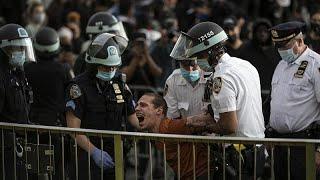 شاهد.. الشرطة الأمريكية تنفذ حملة اعقالات لوقف حركة الاحتجاجات…