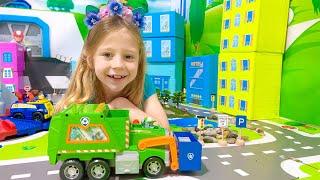 Nastya lernt, wie man am Tag der Erde mit den PAW Patrol Toys wiederverwendet