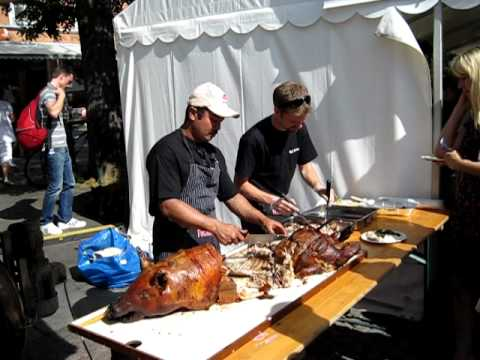 Cutting a roasted pig at Trondheim Food Festival 2010 (Trøndersk Matfestival 2010)