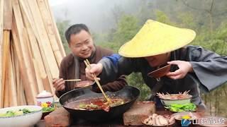 中国的新年传统,就是团团圆圆吃一顿大餐(China's New Year's tradition is to have a big meal)