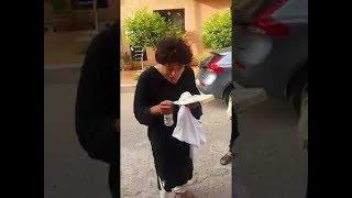 شاب مريض يحمل كتاب قرآن طلبوا منه تلاوة القرآن فانبهروا بجمال صوته !