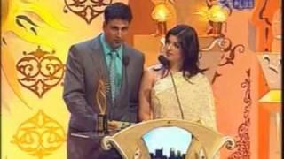 IIFA 2006 - Akshay & Tina presents the trophy ....