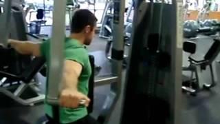 #x202b;تمارين كمال اجسام لعضلة الكتف تمرين (كتف خلفى جهاز)#x202c;lrm;