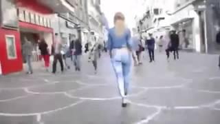 Девушка ходит в нарисованных джинсах Ржач
