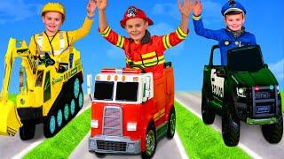 Les enfants jouent avec un camion de pompiers, une pelle - Kids play with fire truck toys cars