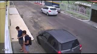 Una strada qualunque, parcheggiano l'auto e non crederete a quello che vedrete!