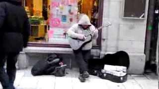 Un pazzo che suona per strada mà é fanomenale fantastico :)) Video Gag 2013