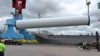 Vindkraftverk lossas från FLINTER ARCTIC i Uddevalla hamn
