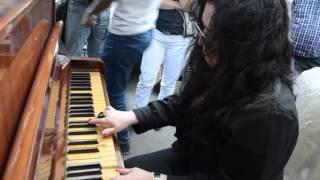 Elza Seyidcahan yene dunyada ilke imza atdi. Mayın 19-da Binəqədi rayonu, Azadlıq prospektindəki binada baş verən yanğın hadisəsinin 3-cu gunu yanan binanin qarshisinda helak olanlarin xatiresini yanmish pianoda ozunemexsus ifade etdi.