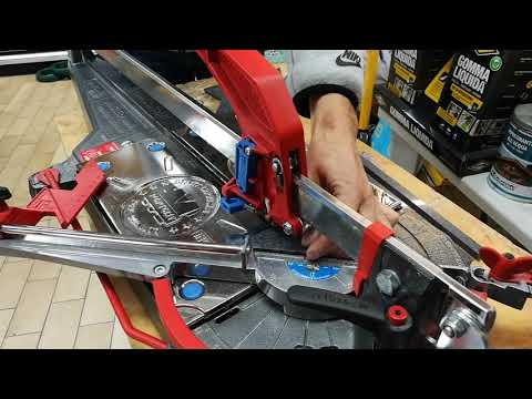 Cutting small triangles with manual tile cutter Masterpiuma P3 Montolit