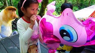 Wisata Sederhana.. Eh Ada Monyet Mancung + Tiup Balon Karakter My Little Pony   Fun Family Activity