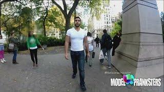El hombre demostró que la reacción de la mujeres al ver a un hombre atractivo caminar por la calle no es tan diferente que le pasa a las mujeres. Noticiero Univision: María Elena Salinas y Jorge Ramos te informan de los principales acontecimientos en tu ciudad, en tu país y en el mundo.  SUSCRIBETE!: http://bit.ly/10Tv8QF Síguenos en Twitter: http://bit.ly/16S7mpT Síguenos en Facebook: http://on.fb.me/11VpS1m  Visita UVIDEOS: http://bit.ly/YlMQP2 Más noticias en: http://noticias.univision.com